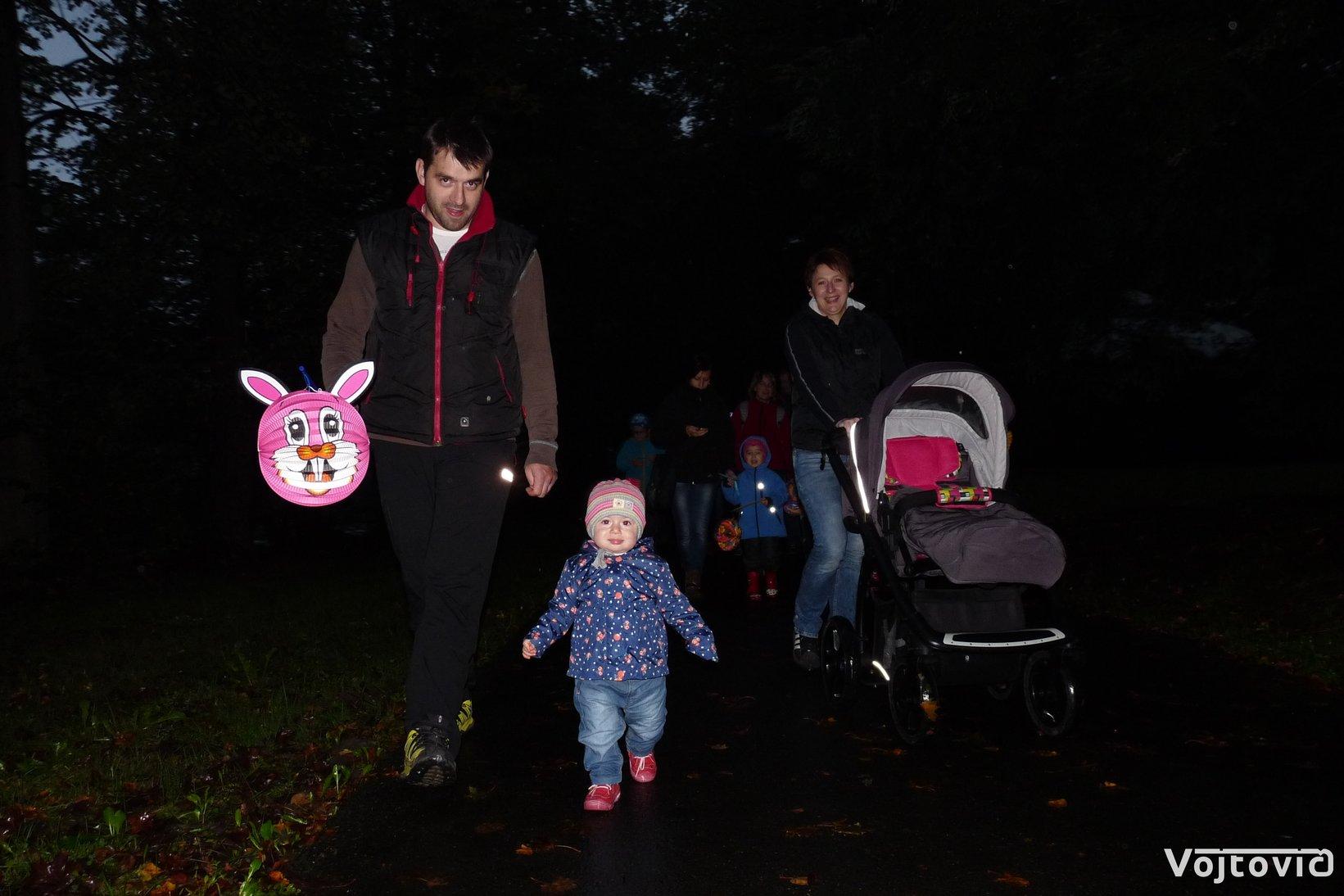 FOTO: Městský park se opět zaplnil světélkujícími broučky